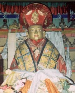 Kyobpa Jigten Sumgön Statue im Stammkloster Drikung Thil